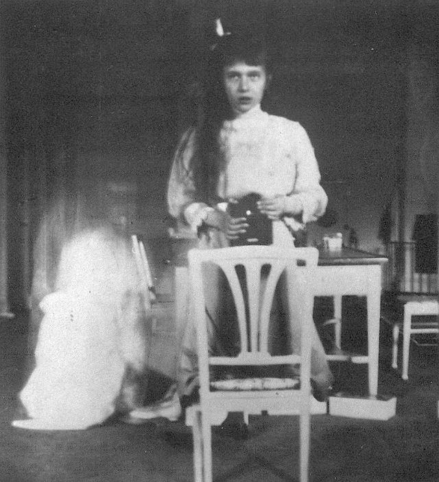 Grand_Duchess_Anastasia_Nikolaevna_self_photographic_portrait